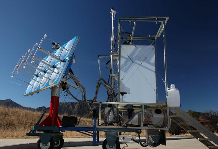 Biokullet som blir et resultat av avfallsforbrenningen fra dette soldrevne toalettet, kan brukes både til jordforbedring i landbruket og til brensel. (Foto: University of Colorado Boulder)