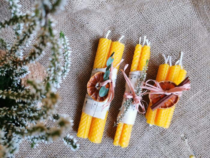 Pynt med tørkede skiver av appelsin, notepapir og en kvast med grønt, så blir de ekstra staselige gaver å gi bort.