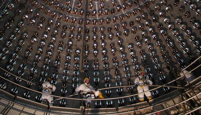 Slik ser innsiden av Borexino-eksperimentet ut på innsiden, under vedlikehold.