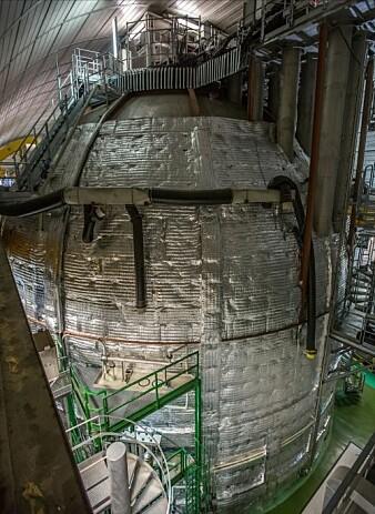 Borexino-tanken fra utsiden. Anlegget ligger under ett fjell, for å gi best mulig beskyttelse fra andre strålingskilder.