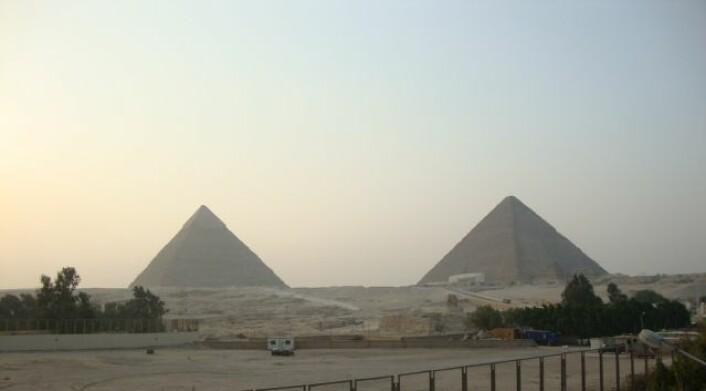 Pyramidene i Giza, moderne kulturlandskap i forgrunnen. (Foto: Ingvild Utvik)