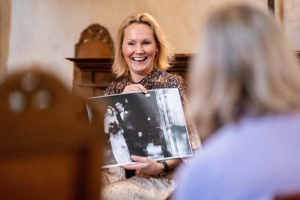 Professor Rikke Gürgens Gjærum brukte gamle arkivfoto fra Trondenes kirke for å skape assosiasjoner.