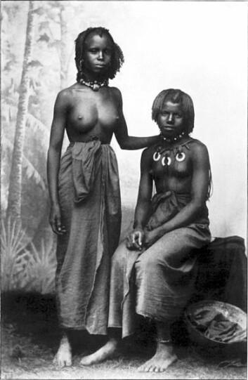 Disse to lokale kvinnene fra fransk Sudan ble avbildet i 1902, ti år før franske forskere beskrev den lokale skikken med å spise leire. (Foto: M. Ferrars/Wikimedia Commons)