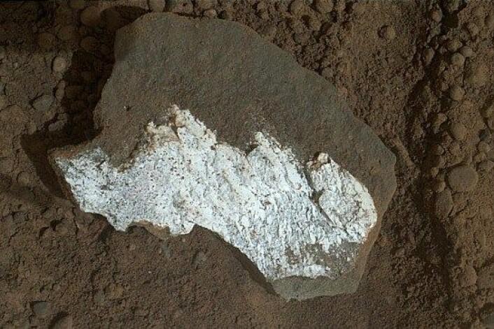 Da denne steinen brakk i to, viste den seg å være helt hvit på innsiden. Dette er nok et tegn på vann, mener forskerne. (Foto: HO/NASA/JPL-Caltech/MSSS)