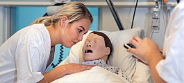 Sjukepleiarstudentane vil ha meir praksis med pasientdokker