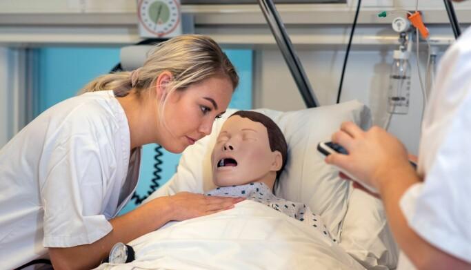 Studien viste at sjukepleiarane som behandla pasientdokka, var meir stressa enn dei som observerte.