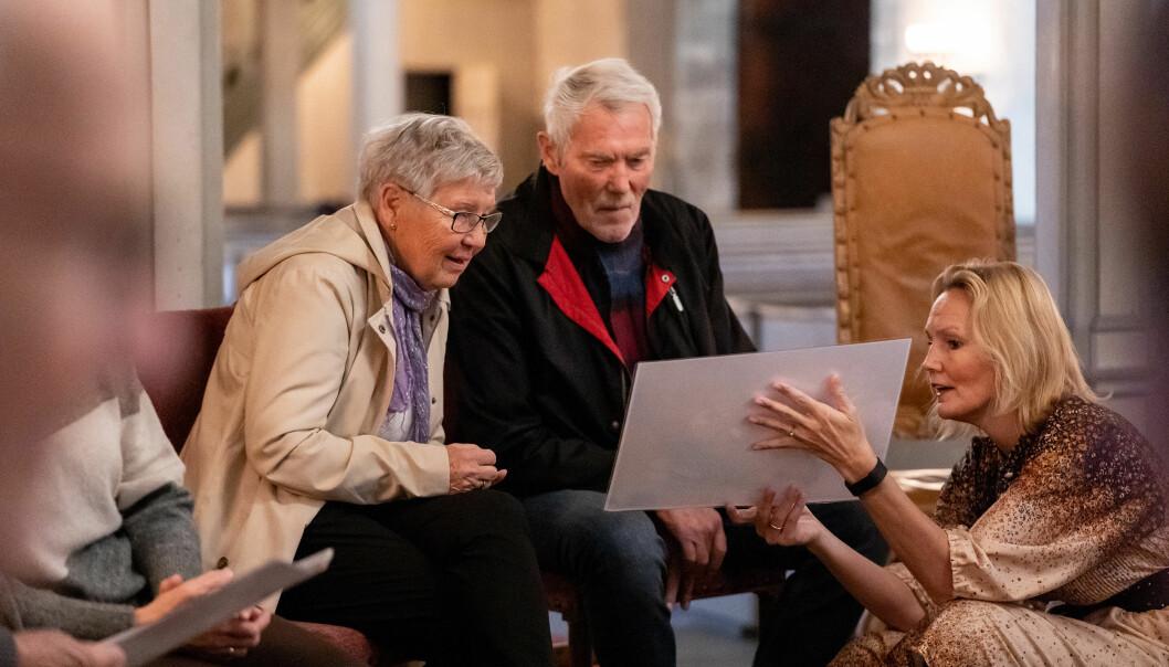 – Vi ønsker å utvide måten vi kan jobbe sammen med folk som lever med demens, sier Rikke Gürgens Gjærum. Her viser hun gamle bilder fra Trondenes kirke for å skape assosiasjoner.