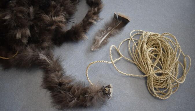 Forskerne ønsket å finne ut hvordan fjærteppene ble laget. Derfor prøvde de selv. De brukte fibertråd fra Yucca-planten og surret kalkunfjærene på samme måte som indianerne gjorde det for 800 år siden.