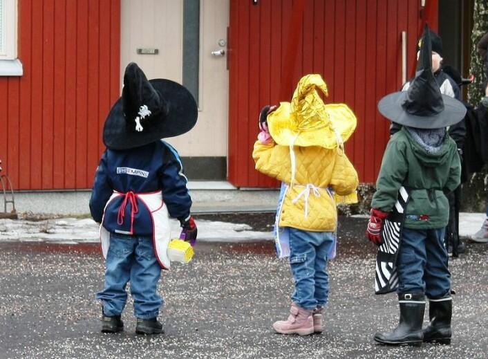 Gutter og jenter utkledd som påskkäringar, med håp om å få godteri. (Foto: Wikimedia Commons)
