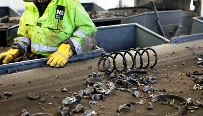 På innsiden av plukkebua hos Norsk Gjenvinning Metall i Fredrikstad. Ulike metalldeler kommer ut fra kverna, og sorteres manuelt.
