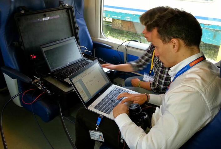 Ingeniører fra 3InSat-prosjektet prøver ut det nye satellitt- og mobildatasystemet på en toglinje i Sardinia våren 2014. Utstyret leveres av produsenten Ansaldo STS. (Foto: Ansaldo STS)