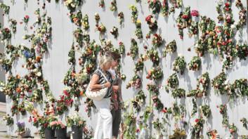 Etter rosemarkeringen på Rådhusplassen 25. juli ble folk oppfordret til å legge blomstene fra seg over hele byen, og kunstinstallasjonen Verdensportalen utenfor Nobels Fredssenter ble blant annet brukt. (Foto: UiO/Anders Lien)