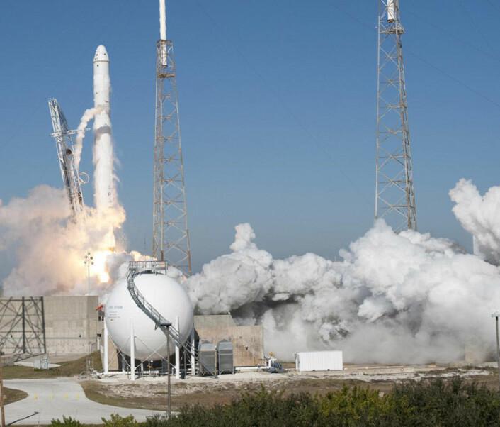 SpaceX Falcon 9 og Dragon romkapsel skytes opp fra Cape Canaveral 8.desember 2010 for den første vellykkete testflukten i bane rundt jorda. (Foto: NASA)