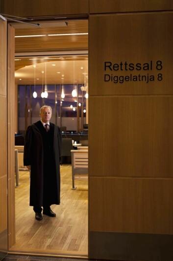 Tidligere var dommeren og sakførerne kledt i uniform i norske rettssaler. Etter 1930 ble de svarte kappene innført, lik den dommer Vidar Stensland i Hålogaland lagmannsrett har på seg. Foto: Andreas Palmén.
