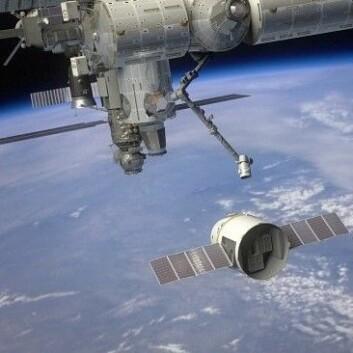 Når Dragon kommer nær nok til romstasjonen, vil den bli hentet inn med en stor robotarm. (Foto: NASA/SpaceX)
