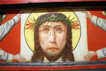 Ei framstilling av Veronikas sveitteduk på predellaen på det nordre altaret i Trondenes kirke. (Foto: Rognald H. Bergesen)