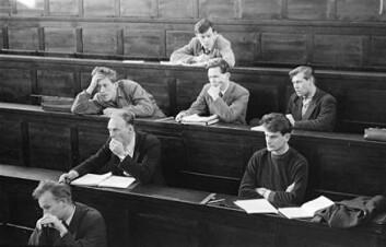 """""""Fra forelesning i teoretisk fysikk på Gamle Fysikk i 1953. Det viser Tor Hagfors på første rad, Fred Kavli (med hånda foran munnen) og Olav Asplund på andre rad, Jon Berg, Helge Ekre, Kjell Solberg på neste, og øverst Odd Elvebakk. Bildet er tatt av NTNU-professor Ivar Svare som selv var ung student i 1953."""""""