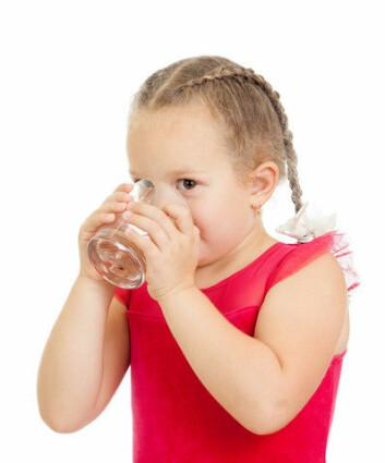 Det kan være en dårlig idé å drikke vann hvis munnen brenner etter en porsjon sterk mat. Men hvorfor er det slik? (Foto: Colourbox)