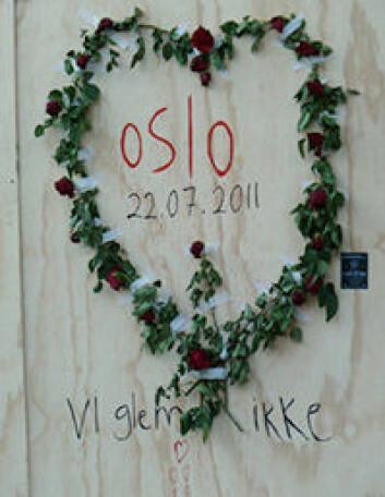 Blomsterkrans på respatex. Platen dekker et knust vindu i Regjeringskvartalet. (Foto: UiO/Hanne Utigard)
