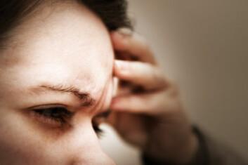 Flere kvinner enn menn rammes av migrene. (Illustrasjonsfoto: iStockphoto)