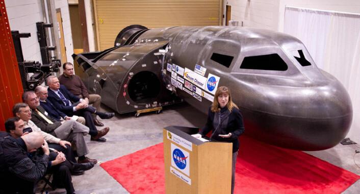 NASA-sjefen Lori Garver foran prototyp av DreamChaser fra Sierra Nevada Corporation under en pressekonferanse 5. februar 2011. (Foto: NASA)