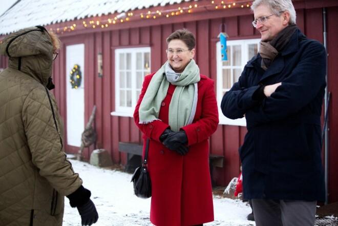 Statsrådene Bent Høie og Olaug Bollestad var til stede under presentasjon av studien i forbindelse med Demensdagene 2020. Her er Bollestad i samtale med leder Kari Midtbø Kristiansen og forskningssjef Geir Selbæk i Aldring og helse.