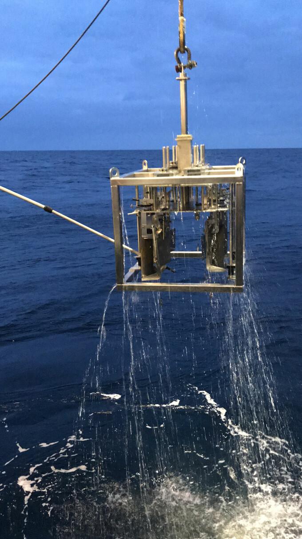 Med en multikjernehenter med flere rør, kan forskerne hente opp sedimenter fra havbunnen.