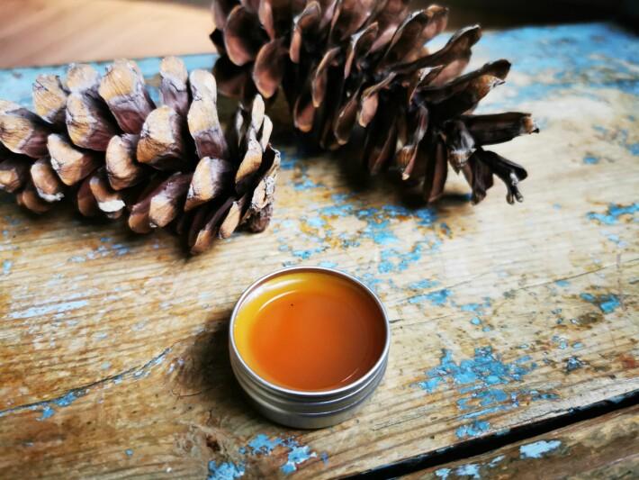 Kvaesalven lukter skikkelig jul. Den smaker mest kvae, så ikke bruk den på leppene.