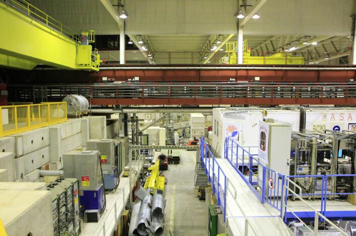 Selve partikkelbanen går langs sidene i hallen, men er skjult bak blokker av betong. De stopper stråling som lages når anlegget er i gang. (Foto: Ingrid Spilde)