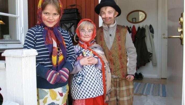 To påskehekser og en påskegubbe barna feirer svensk påske. (Foto: Bård Amundsen)