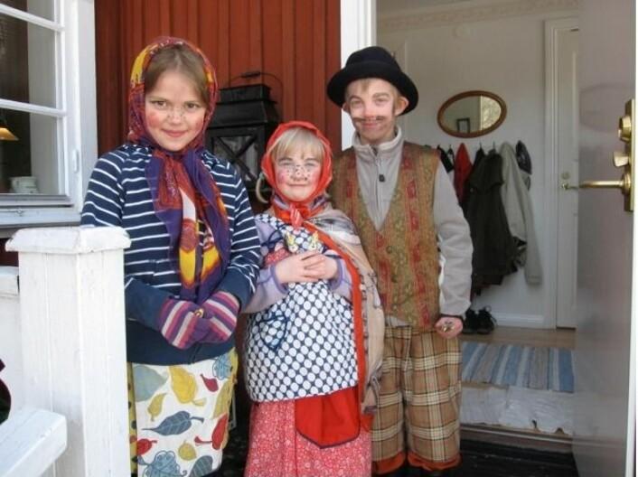 En fin trio som feirer svensk påske, som påskehekser og en påskegubbe. (Foto: Bård Amundsen)