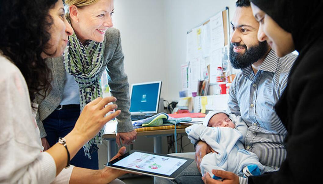 Anne Marie Lilleengen (nummer to fra venstre) har vært med på å utvikle appen «SOMAH», som brukes i kostholdsveiledning på helsestasjoner. Her med helsesøster Firouzeh Azadnia og to foreldre med et spedbarn på Stovner helsestasjon. Benjamin A. Ward / HiOA