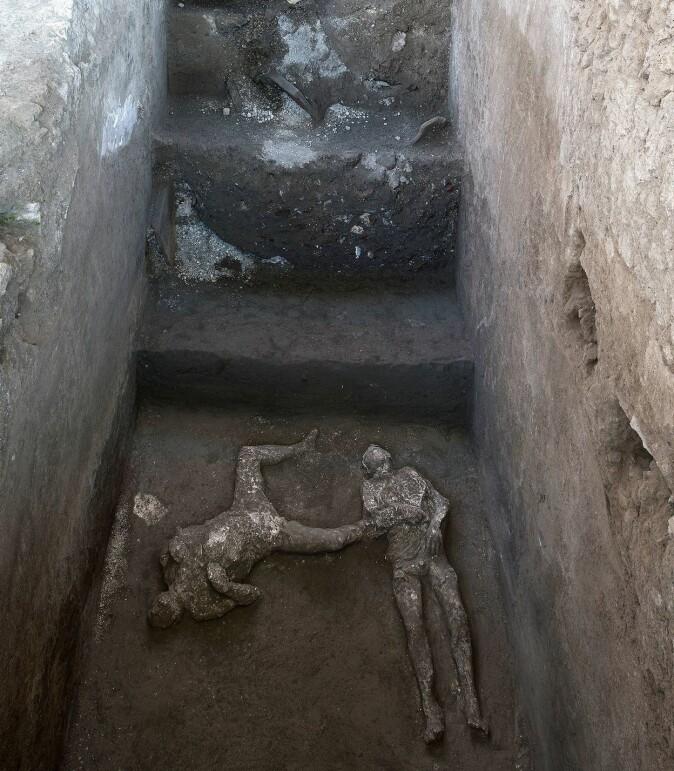 De to romerne har trolig søkt tilflukt her nede, i en gang under villaen.