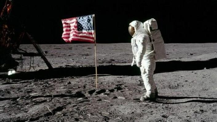 Bilde av Buzz Aldrin foran det som ikke er med på det nye bildet fra NASA. Det amerikanske flagget ble blåst ned og sannsynligvis dekket av støv da de to astronautene forlot overflaten. (Foto: Neil Armstrong/NASA)
