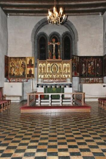 Koret i Trondenes kirke med sine tre altarskåp slik dei står i dag. (Foto: Sigrun Høgetveit Berg)