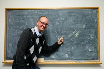 Professor Fred Espen Benth har utviklet ny matematikk for å kunne beregne sammenhengen mellom strømprisen og så forskjellige variabler som vind, regn, kullpriser og prisen for CO2-utslipp. (Foto: Yngve Vogt)
