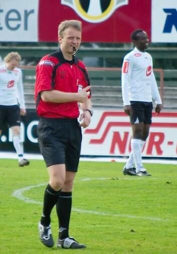 Dommer Tommy Skjerven har lang erfaring som tippeligadommer. Her fra en kamp i 2009. (Foto: Bjørn Erik Pedersen/Wikimedia Commons)