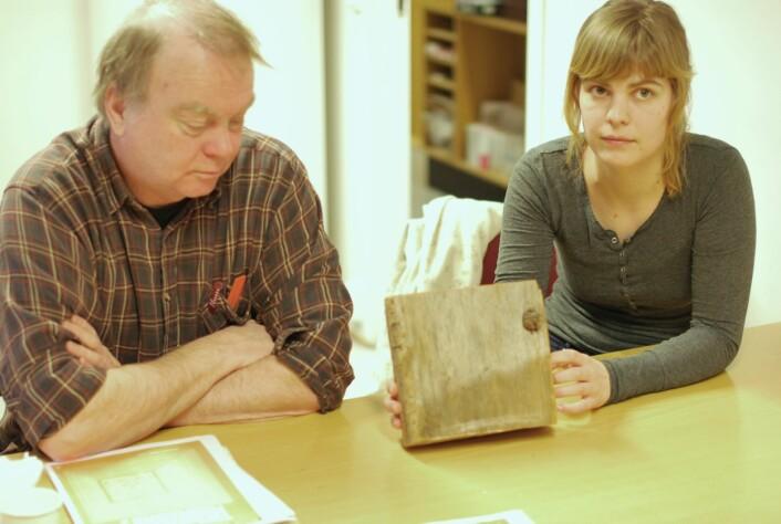 Terje Thun og Helene Løvstrand Svarvas viser fram årringene i trebiten fra Staveloftet. (Foto: Hanne Jakobsen)