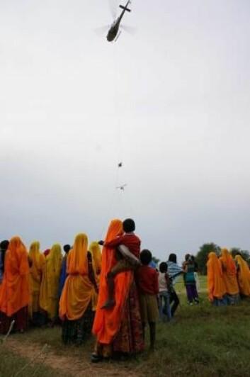 En rekke tilskuere følger de danske forskernes arbeid i India. (Foto: Esben Auken)