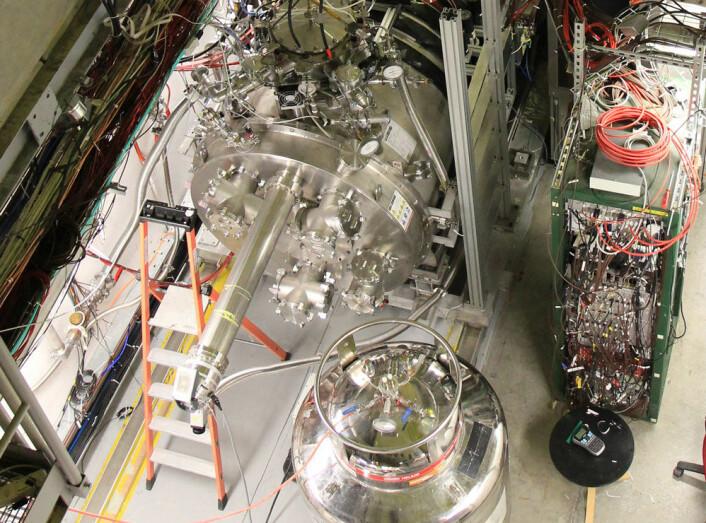 Inni den tykke sylinderen sitter et tynt, gullbelagt rør hvor antihydrogenes skal holdes i super-nedkjølt tilstand. (Foto: Ingrid Spilde)