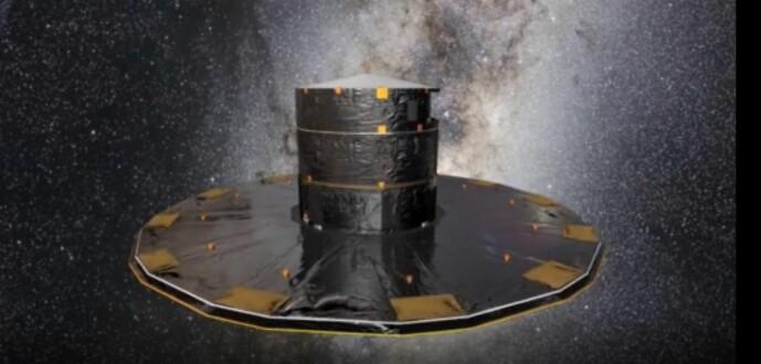 En kunstner ser på Kia-teleskopet mens han ser på stjernehimmelen.  Teleskopet ble lansert i 2013 og kretser rundt det faste lengdepunktet L2, omtrent 1,5 millioner kilometer fra oss.