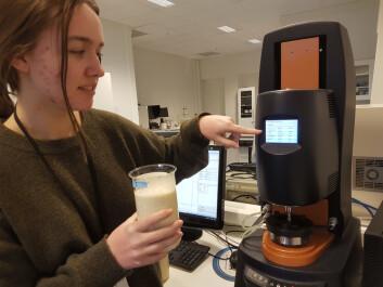 Ingrid Kvammen er masterstudent fra Universitetet i Stavanger. Hun arbeider med å dokumentere endringer i egenskapene av fiskesuppen når en tilsetter forskjellige typer og mengder av proteiner. Her tester hun suppen ved 55 °C i et reometer.