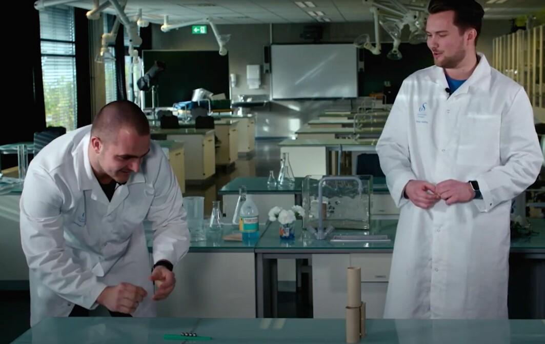 Eirik og Markus er studentassistentar ved skulelaboratoriet i realfag.