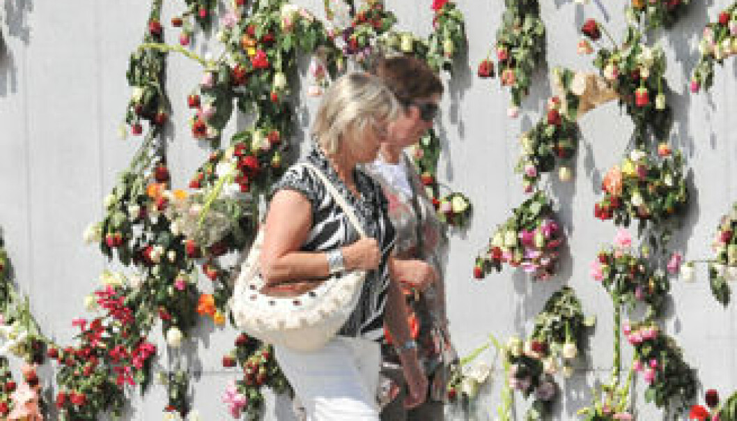 Etter rosemarkeringen på Rådhusplassen 25. juli ble folk oppfordret til å legge blomstene fra seg over hele byen, og kunstinstallasjonen Verdensportalen utenfor Nobels Fredssenter ble blant annet brukt. Installasjonen er designet av arkitekten David Adjaye. Blomstene ble stukket inn i hull som illustrerer omrisset av et verdenskart uten grenser. Installasjonen er laget av aluminium som opprinnelig skulle bli til en gresk kanonbåt. UiO/Anders Lien