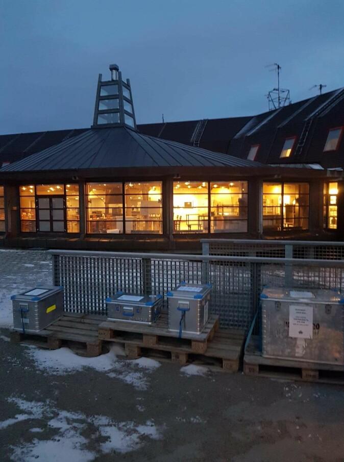 Utenfor Forskningssenteret i Longyearbyen står zargesboksene plassert, klare for å fylles med døde østmarkmus, fangstet av innbyggere i Longyearbyen.