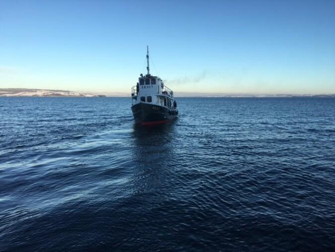 Båten Sævat tar forskerne med til definerte områder slik at de kan sende ned undervannsrotober for å undersøke hva som finnes på Mjøsas bunn.