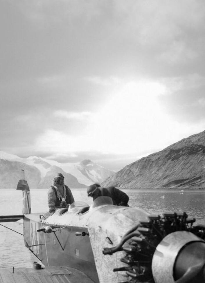 Bilde fra dansk ekspedisjon til det omstridte Øst-Grønland tidlig på 1930-tallet. Flyfoto fra ekspedisjonen gir nå unik innsikt i at isbreene på Grønland smeltet raskt under den varme mellomkrigstida. (Foto: Arktisk Institutt i København)