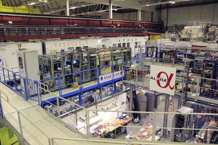Hallen huser flere eksperimenter med antimaterie. For en utenforstående kan haugen av utstyr der inne virke temmelig kaotisk. (Foto: Ingrid Spilde)