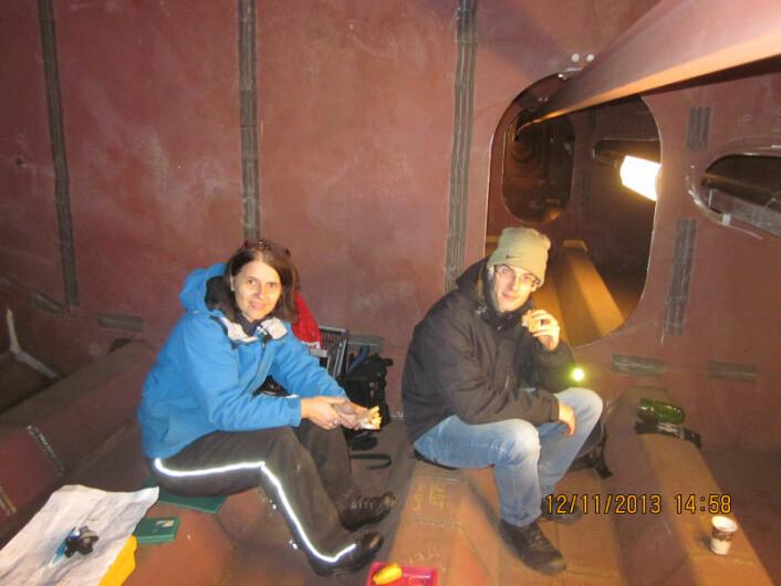 Forskerne Jasna Bogunović Jakobsen og Étienne Cheynet har lunsjpause inne i brokassen. (Foto: Jonas Thor Snæbjörnsson)