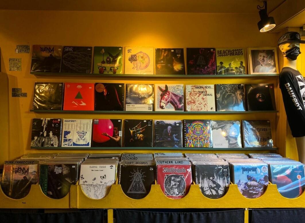 Hva skjer med musikken når folk slutter å lytte til albumformatet, og lytter først og fremst på spillelister med enkeltlåter? Platebutikken Tiger i Oslo selger fortsatt album i form av vinylplater, CD'er og kassetter.